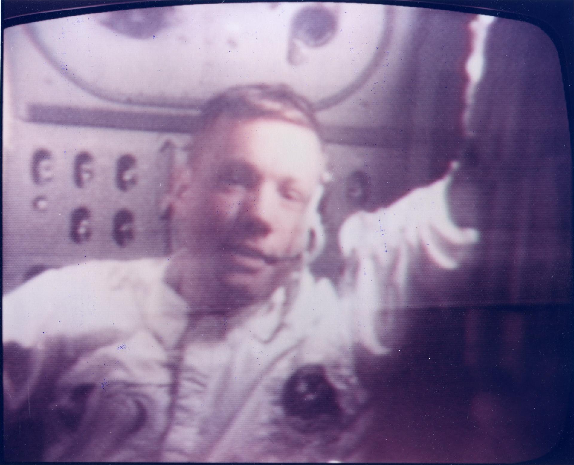 Neil Amstrong sur les écrans de contrôle.