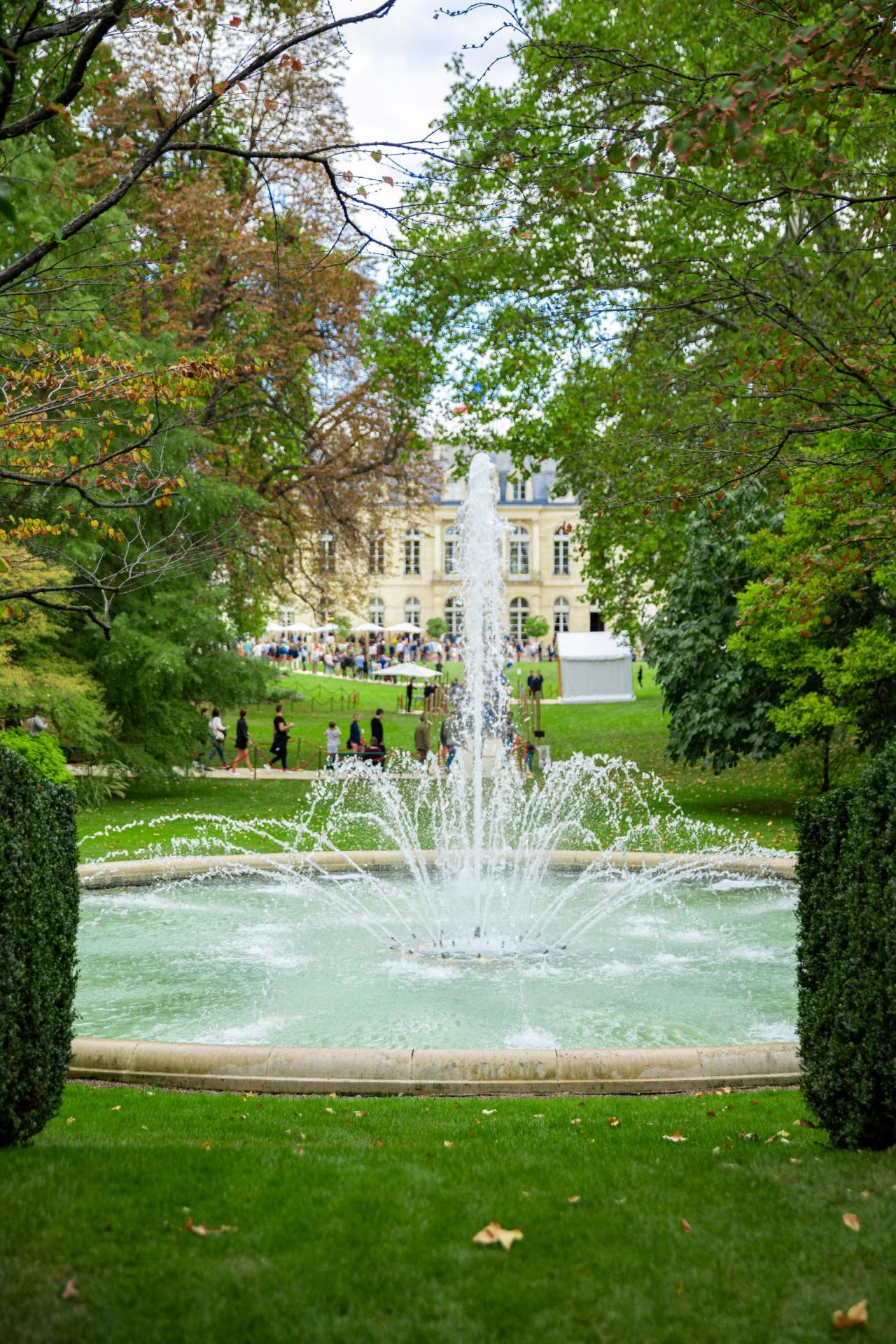 Le parc et son bassin, animé d'un jet d'eau.