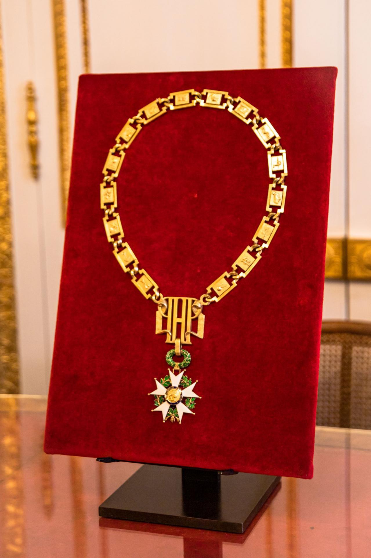 Le Président de la République est nommé grand maître de la Légion d'honneur.